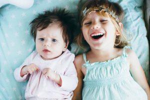 Beba i starije dijete u istoj sobi: Praktični savjeti za uspavljivanje i noć bez buđenja