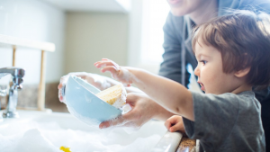 Kako da vam djeca pomažu u kućanskim poslovima od malih nogu?